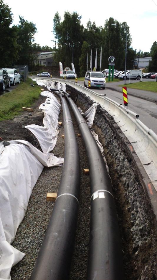 Fjernvarmeledninger under montering i Olav Ingstads vei.